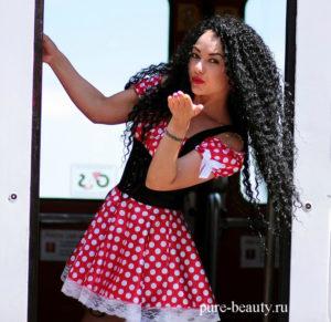 girl-1381989_1280-kudryavye-volosy